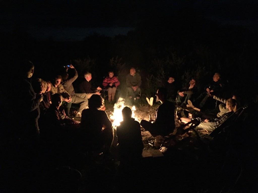 Gezellig rond het vuur (foto: M. Leopold)